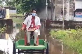 Video: कैसे सुधरेंगे हालात? ठेले पर बैठकर डॉक्टर को जाना पड़ रहा अस्पताल, घुटनों तक भरा पानी