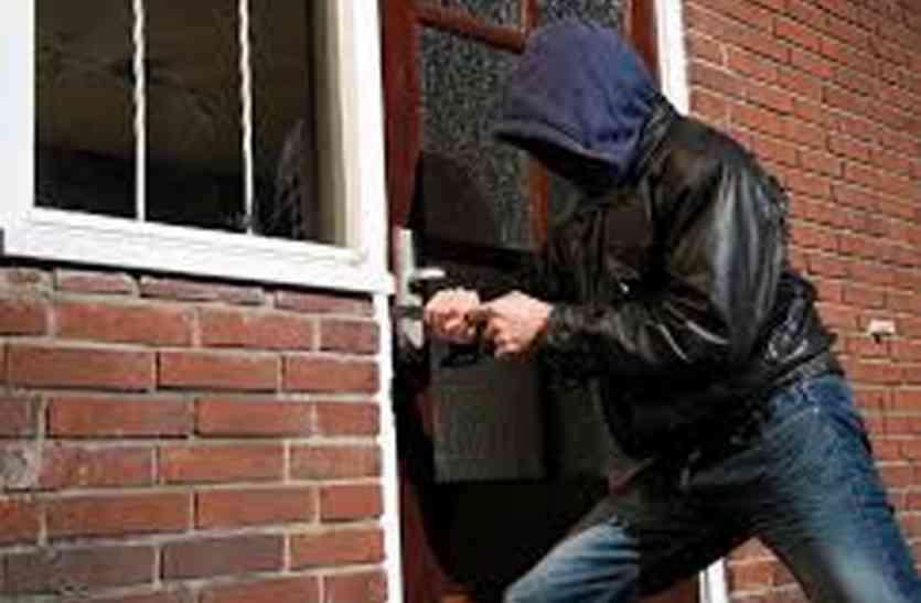 चोरों ने रेलवे, एमपीईबी और ओएफके कर्मी के घर खंगाला