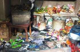 चोरों ने परचून की दुकान का तोड़ दिया ताला, चोरी के बाद लगा दी आग