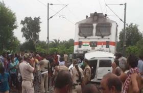कार से जा रहे थे गांव, ट्रेन से टकराई कार, 3 की मौत, कईं गंभीर घायल