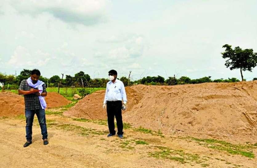 तहसीलदार ने मारा छापा, सरसेड़ गांव से 58 ट्रॉली अवैध रेत के डंप जब्त