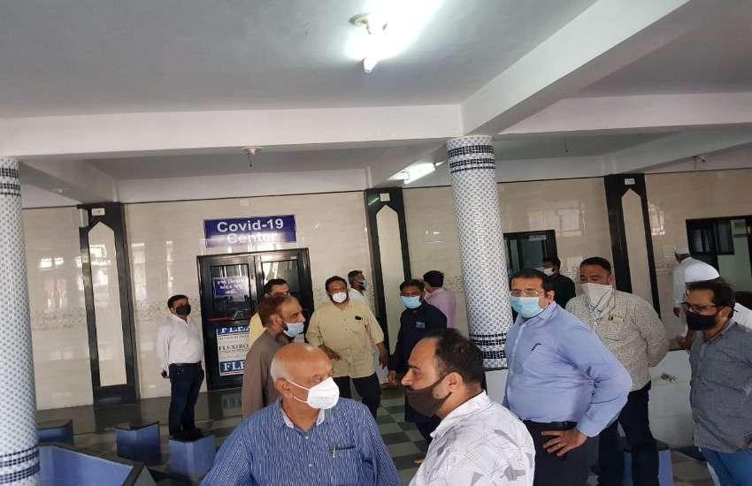 पंचमहाल जिले के गोधरा की मस्जिद-ए-आदम में जिला कलक्टर अमित अरोरा, अधिकारीगण व मुस्लिम समाज के प्रतिनिधि।
