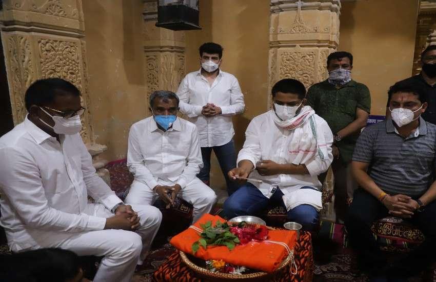 सोमनाथ महादेव मंदिर में ध्वजा की पूजा करते गुजरात प्रदेश कांग्रेस समिति के कार्यकारी अध्यक्ष हार्दिक पटेल।