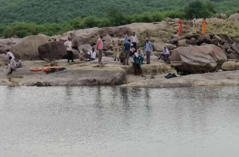 धूमेश्वर महादेव मंदिर में दर्शन करने आए ग्वालियर के तीन युवकों की कुंड में डूबने से मौत