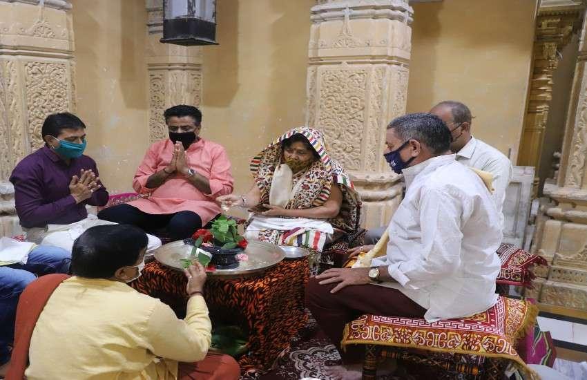 सोमनाथ महादेव मंदिर में पूजा-अर्चना करतीं राज्यमंत्री विभावरीबेन दवे।