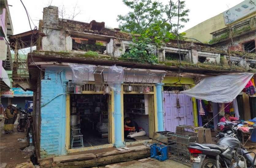 शहर व ग्रामीण क्षेत्रों में दर्जनों जगहों पर जर्जर हो चुके भवनों के गिरने का डर