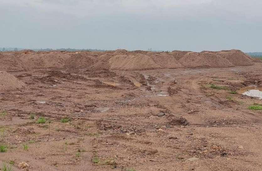 कारोबारियों ने कर लिया था 15 सौ घन मीटर रेत का भंडारण
