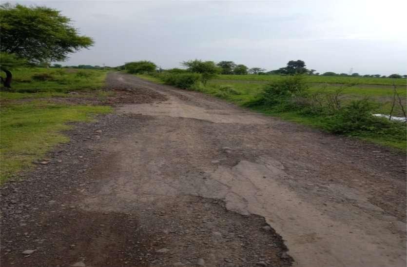 रामपुर रोड हुआ गड्ढों में तब्दील, वाहन चालक हो रहे घायल