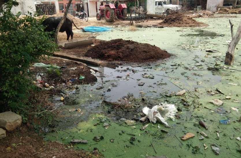 ग्रामीण हैरान, बिना बारिश के ही घरों के बाहर कैसे भरा पानी
