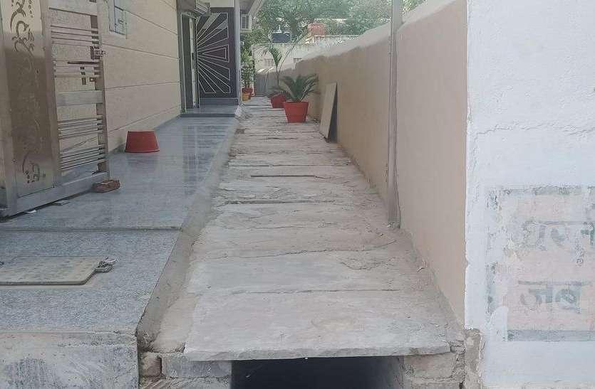 बरसाती पानी के नाले पर ही हो गया निर्माण