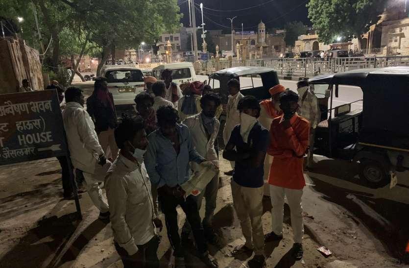 मृतक का शव लेकर रात को पहुंचे कलक्टर व पुलिस अधीक्षक निवास, किया प्रदर्शन