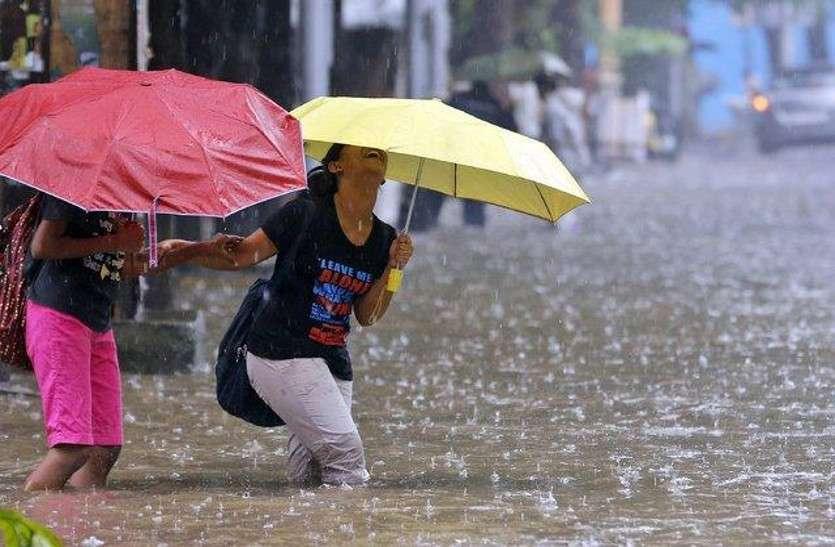 मूसलधार बारिश से बाढ़ जैसे हालात, कई इलाकों में लोगों के बेडरूम में घुटने तक भरा पानी
