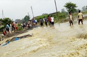 Bihar Flood: इस कदर बिगड़े हालात, सेना की मदद से पीड़ितों तक पहुंच रही राहत सामग्री