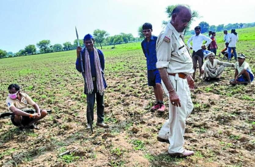 परिजनों का आरोप @ करंट लगाकर व पैर बांधकर खेत में घसीटने से हुई मौत