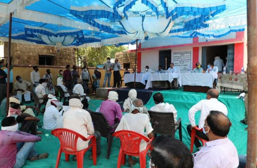 चंबल एक्सप्रेस-वे पर किसानों से कमिश्नर ने की चर्चा