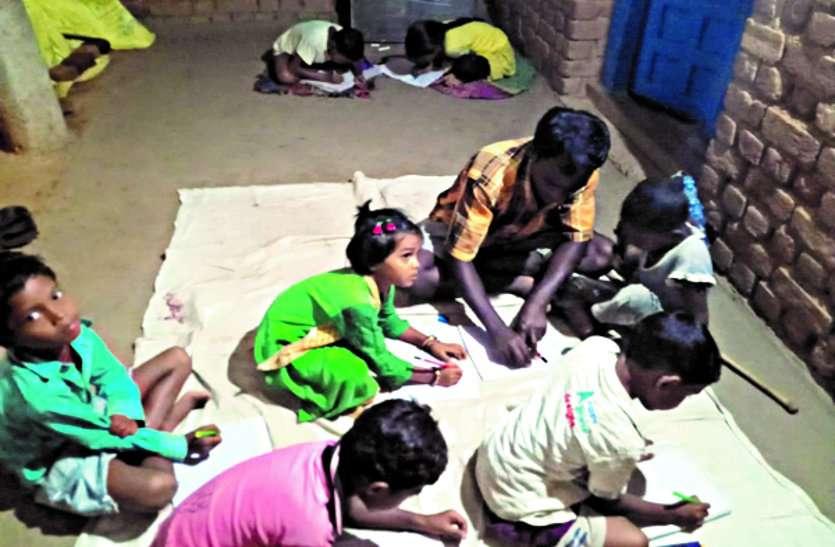 घोरदा में हर मोहल्ले में क्लास संचालित कर बच्चों को शिक्षा दे रहे गांव के ही युवा ...