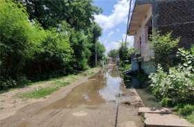 नालियों का गंदा पानी सड़क पर आने लगा, बर्बाद रोड से गुजरना मुश्किल