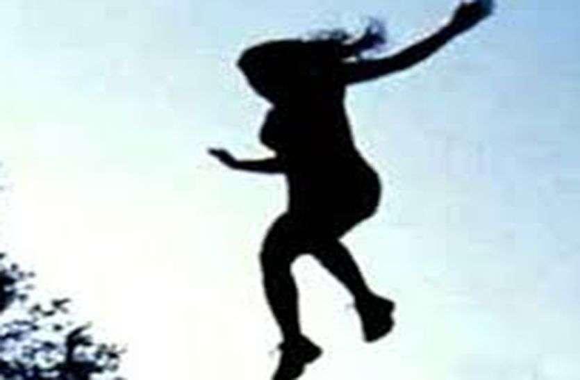 मनसा माता मंदिर की पहाड़ी पर टहलती-टहलती युवती ने लगाई छलांग तो जा फंसी झाडिय़ों में