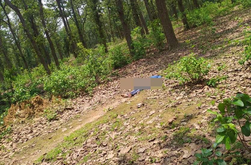 होटल कर्मी युवक की संदिग्ध हालत में जंगल में मिली लाश, मौके पर बाइक के पहियों के निशान, चप्पल कुछ दूरी पर मिली