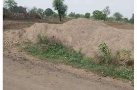 नर्मदा घाट से खुलेआम ट्रैक्टर ट्रॉलियों से किया जा रहा रेत का अवैध परिवहन
