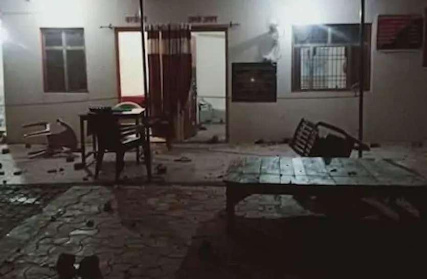 गोरखपुर में पुलिस चौकी प्रभारियों पर जमकर पथराव