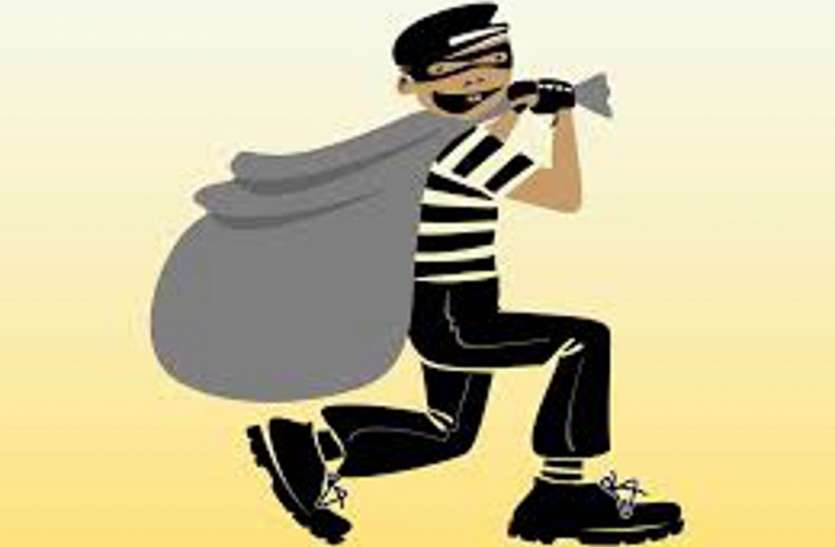 चोरी की रकम शौक में उडाई, चुराए मोबाइल से गपशप ने पकडवाया