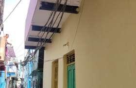 कॉलोनियों में जगह-जगह झूल रहे बिजली तार व केबल,बारिश में करंट का खतरा