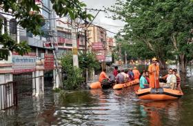 बिहार: बाढ़ के पानी में डूबने लगे सरकारी दफ्तर, पीड़ितों की मदद को आगे आएं विराट और अनुष्का