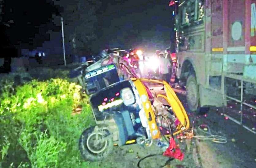 हाइवे पर ट्रक ने टैक्सी को मारी टक्कर,भाइयों के साथ घर जा रहे किशोर की मौत