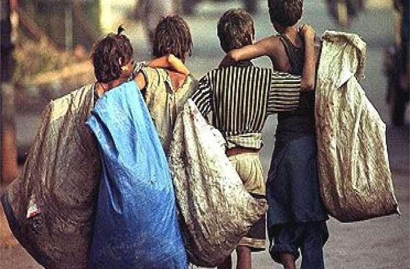 पेट भरने के लिए प्लास्टिक बीन रहा था बालक, टॉयलेट की दीवार गिरी, राखी से पहले 4 बहनों के इकलौते भाई की मौत