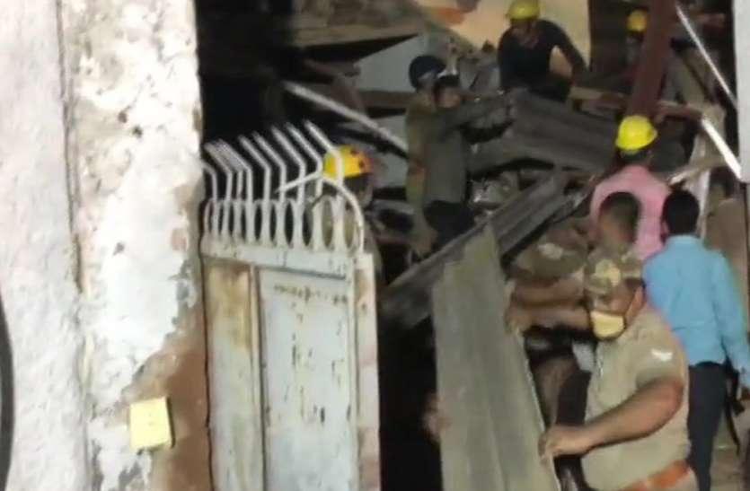 नोएडा में गिरी बिल्डिंग, चार लोगों को बचाया गया, सीएम ने लिया मामले का संज्ञान