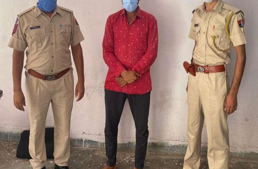 कमरे से मोबाइल व पर्स चोरी का आरोपी गिरफ्तार