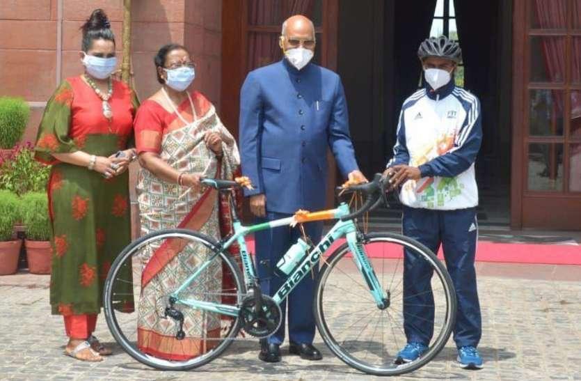राष्ट्रपति ने बावर्ची के बेटे को ईदी के रूप में दी रेसिंग साइकिल, अब अपने सपनों को साकार कर सकेगा रियाज