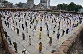 Ahmedabad: सोशल डिस्टेंसिंग के साथ पढ़ी नमाज