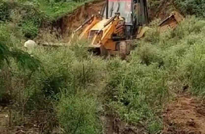 मशीन से की जा रही तालाब की खुदाई का ग्रामीणों ने रुकवाया काम