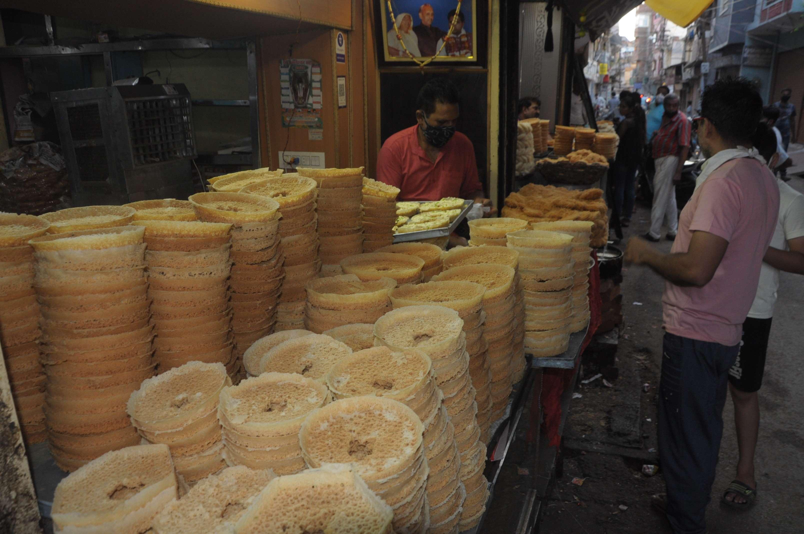 ग्वालियर दाना ओली में बनी दुकान पर लोग घेवर खरीदते हुए