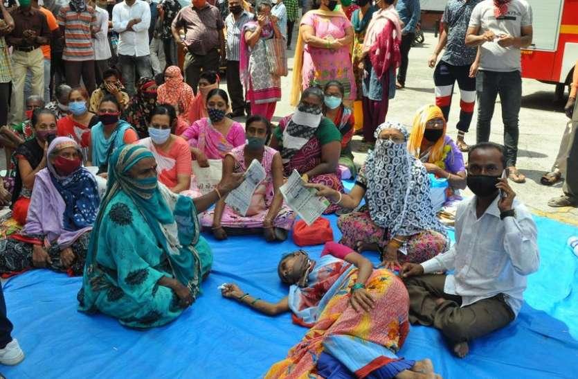 धरने पर बैठी महिला की तबीयत बिगड़ी