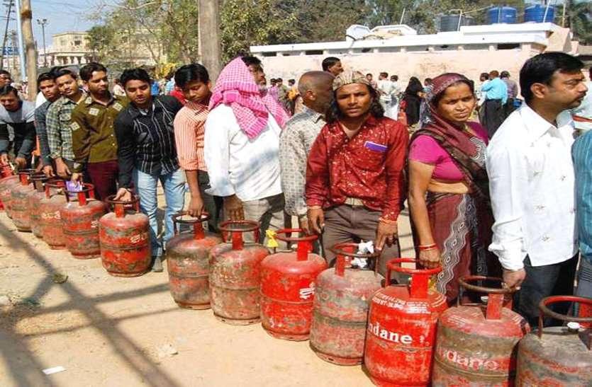 पेट्रोल-डीजल के बाद कोरोना संकट में अब घरेलू सिलेंडर के दाम में लगी आग, तीन महीने में हुई इतने रुपए की बढ़ोत्तरी