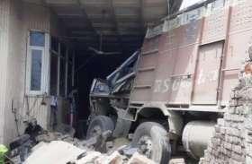 फैक्ट्री में घुसा ट्रक, तीन घायल