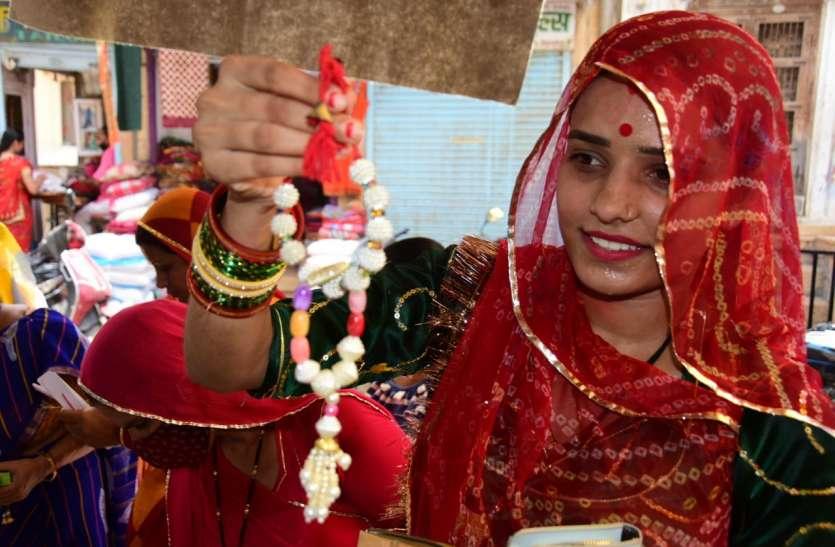 Raksha Bandhan 2021: यहां भाईयों काे नहीं उनकी लाठी काे राखी बांधती हैं बहनें, जानिए क्या है 445 साल पुरानी परम्परा