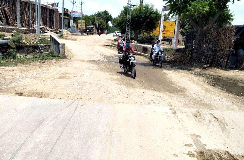 संवेदक की लापरवाही से अटका निर्माण, ग्रामीणों की परेशानी बढ़ी