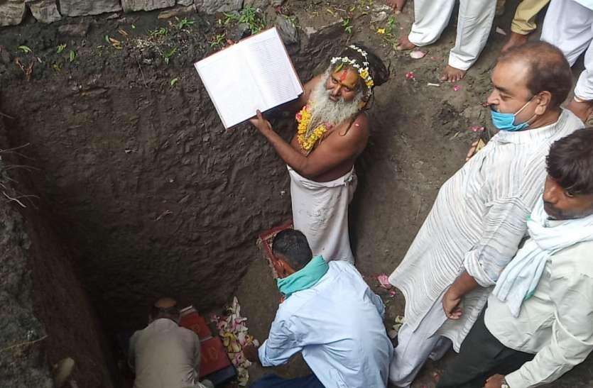 प्रयागराज से लाई गईं ईंट और 11 नदियों के जल से पूजन कर रखी राम मंदिर की आधारशिला