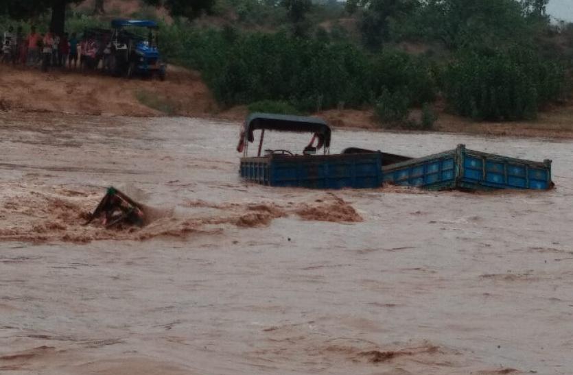 रेत माफिया द्वारा अवैध खनन करना पड़ा भारी, अचानक आये बाढ़ में डूब गए ट्रैक्टर