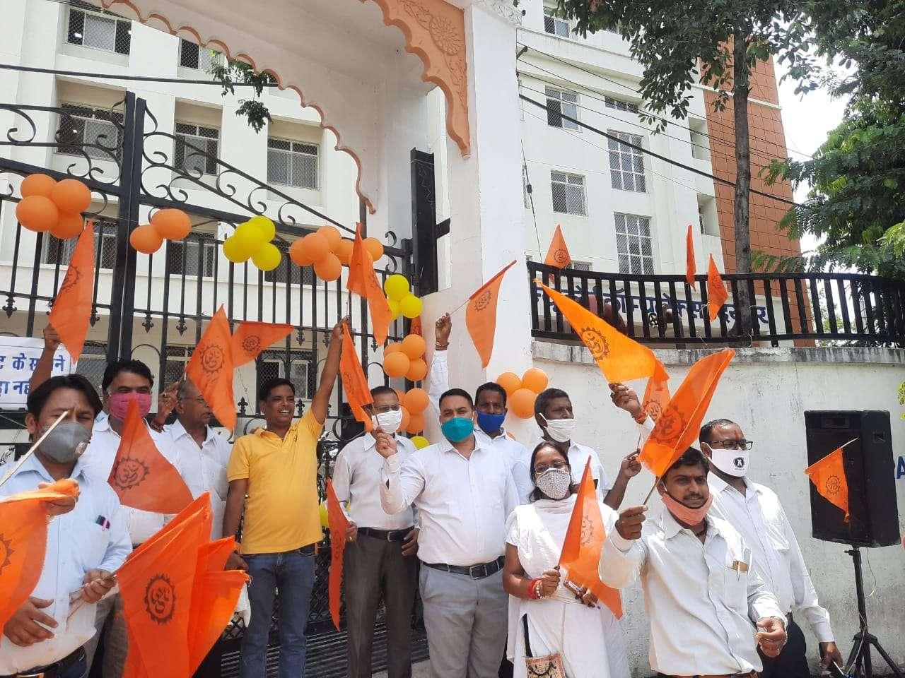 उदयपुर में कोर्ट के बाहर भाजपा विधि प्रकोष्ठ की टीम जश्न मनाते हुए।