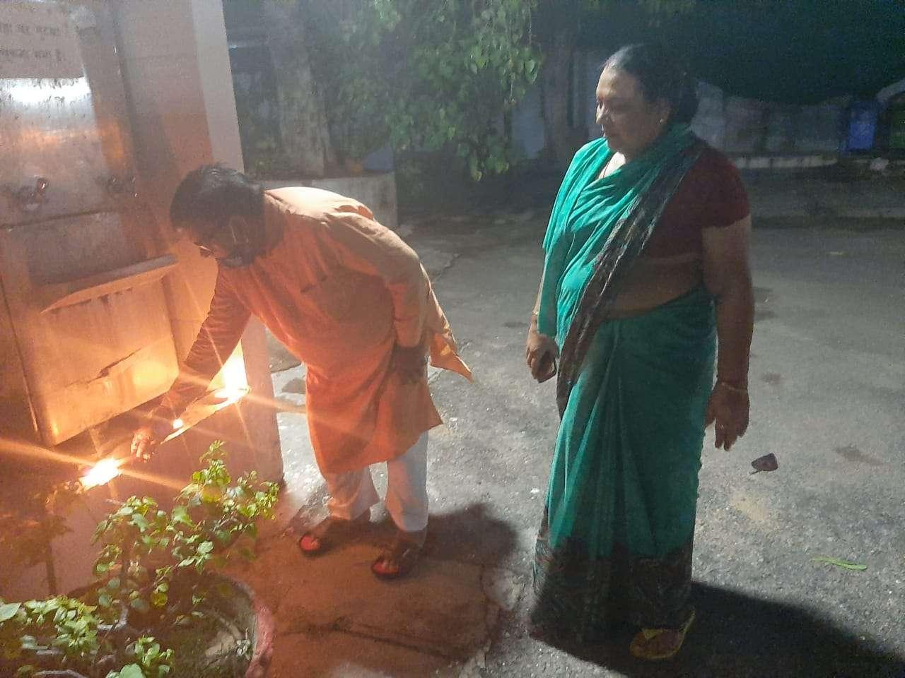 उदयपुर के विधायक व विस में नेता प्रतिपक्ष गुलाबचंद कटारिया जयपुर में आवास पर दीपक जलाते हुए।