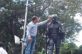 राजनीतिक दलों की दिखावटी आस्था व विवादों का असर, राष्ट्रपिता की मूर्ति से छेड़छाड़