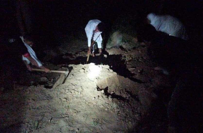 शामली पहुंची दिल्ली पुलिस ने रात काे खुदवाई कब्र, कब्जे में लिया शव