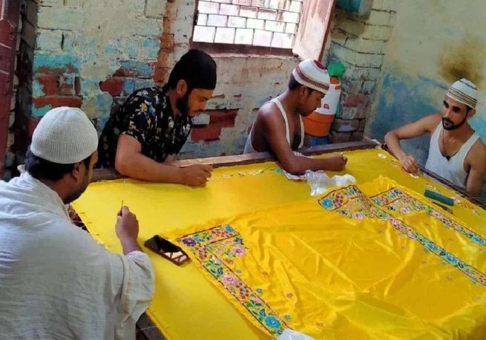 Janmanshtami 2020: ब्रज के मुस्लिमों ने पेश की भाईचारे की मिसाल, जन्माष्टमी के लिए तैयार कर रहे श्रीकृष्ण की पोशाक