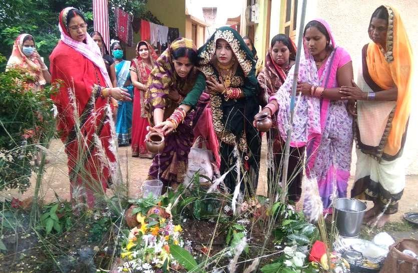 कमरछठ व्रत: संतान की लंबी आयु के लिए माताओं ने रखा निर्जला व्रत, सगरी बनाकर की शिव-पार्वती की पूजा