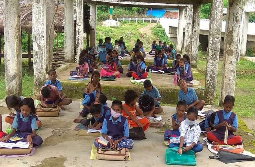 सरकार ने बनाया पढ़ाई के लिए ऐसा दबाव कि कोरोना और नियम भूल गए टीचर, झुंड बनाकर लगा दी बच्चों की क्लास